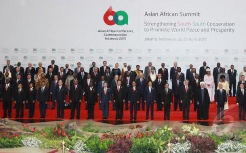 Para pemimpin dan perwakilan negara peserta KAA 2015 berfoto bersama. sumber liputan6.com
